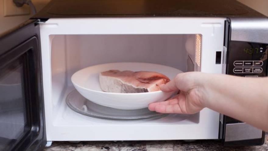 Descongelar alimentos en el microondas es un proceso poco homogéneo