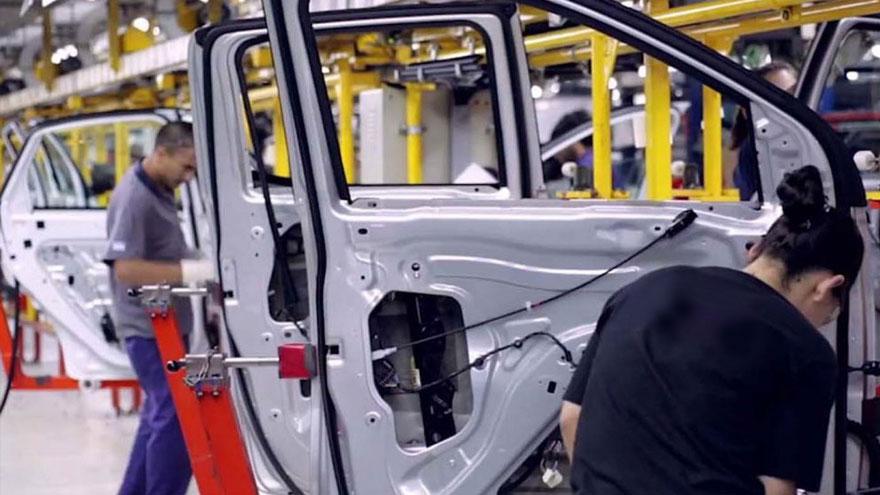 La producción de autos en Brasil cayó 50 por ciento.