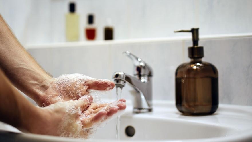 Lavarse las manos y usar alcohol en gel es una de las principales medidas de prevención