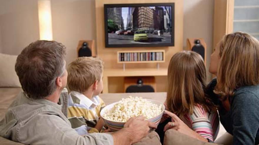 Ver películas en casa es una de las actividades que se pueden hacer durante el fin de semana