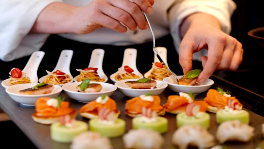 Hacer comida a domicilio es una forma de hacer un microemprendimiento con poco dinero
