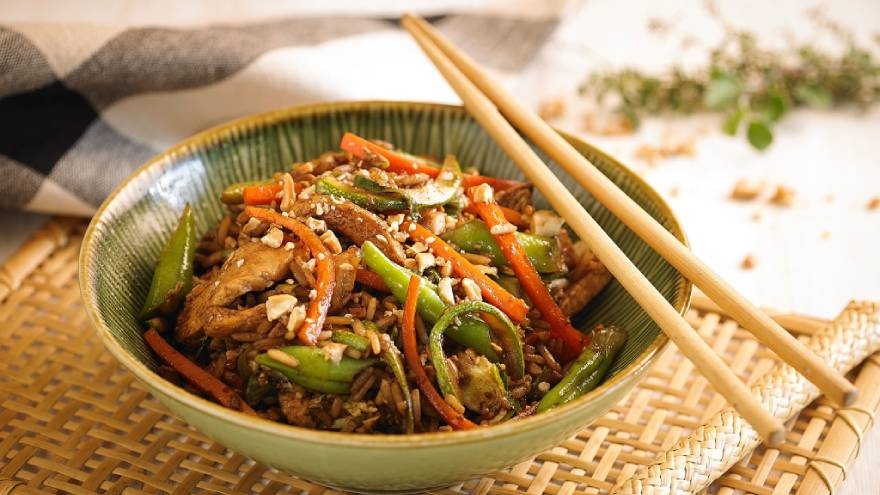 El wok de pollo y arroz yamaní es un plato altamente nutritivo