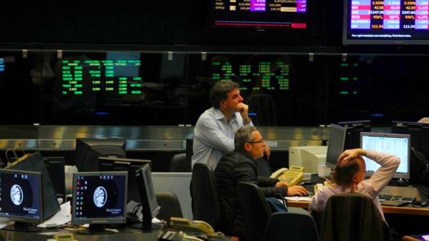 Los títulos rinden casi 20% en dólares y no aparecen los compradores por la ausencia de un plan económico