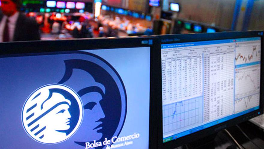 El mercado de bonos vio nuevas posibilidades de arbitraje, como la compra de dólar MEP y la reventa en el paralelo, lo cual puso un freno al blue