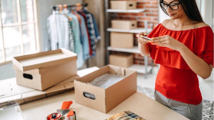 La venta de ropa y otros objetos online es una alternativa viable para hacer desde casa