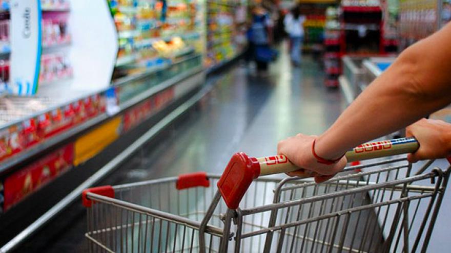 Los pequeños comerciantes apuntan contra los supermercados por ofrecer productos no eseciales