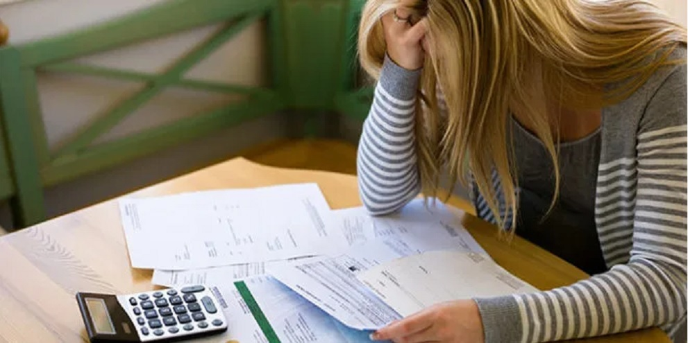 Según un informe, cada familia adeuda $150.686