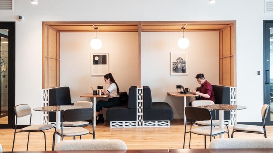 Se deberán mantener separados los espacios de trabajo para permitir distanciamiento social en las oficinas