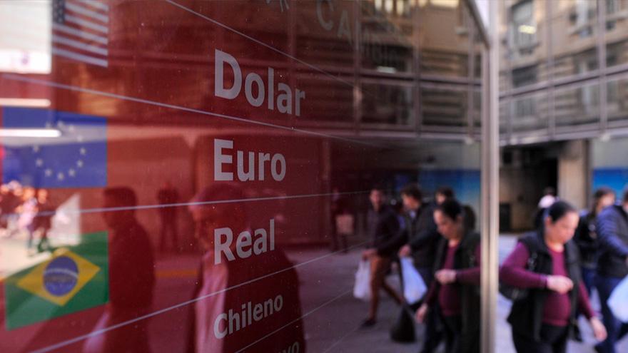 La demanda de dólares por parte del público viene en alza y preocupa a los funcionarios