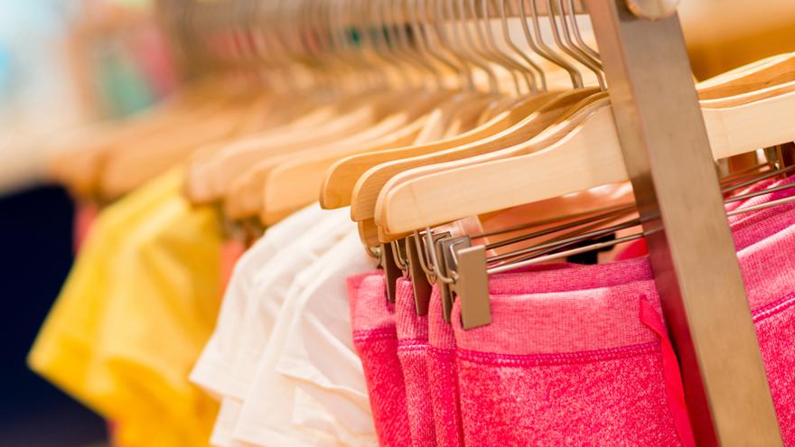 Los fabricantes promoverán liquidaciones con vistas a reunir caja para la producción de ropa de verano.