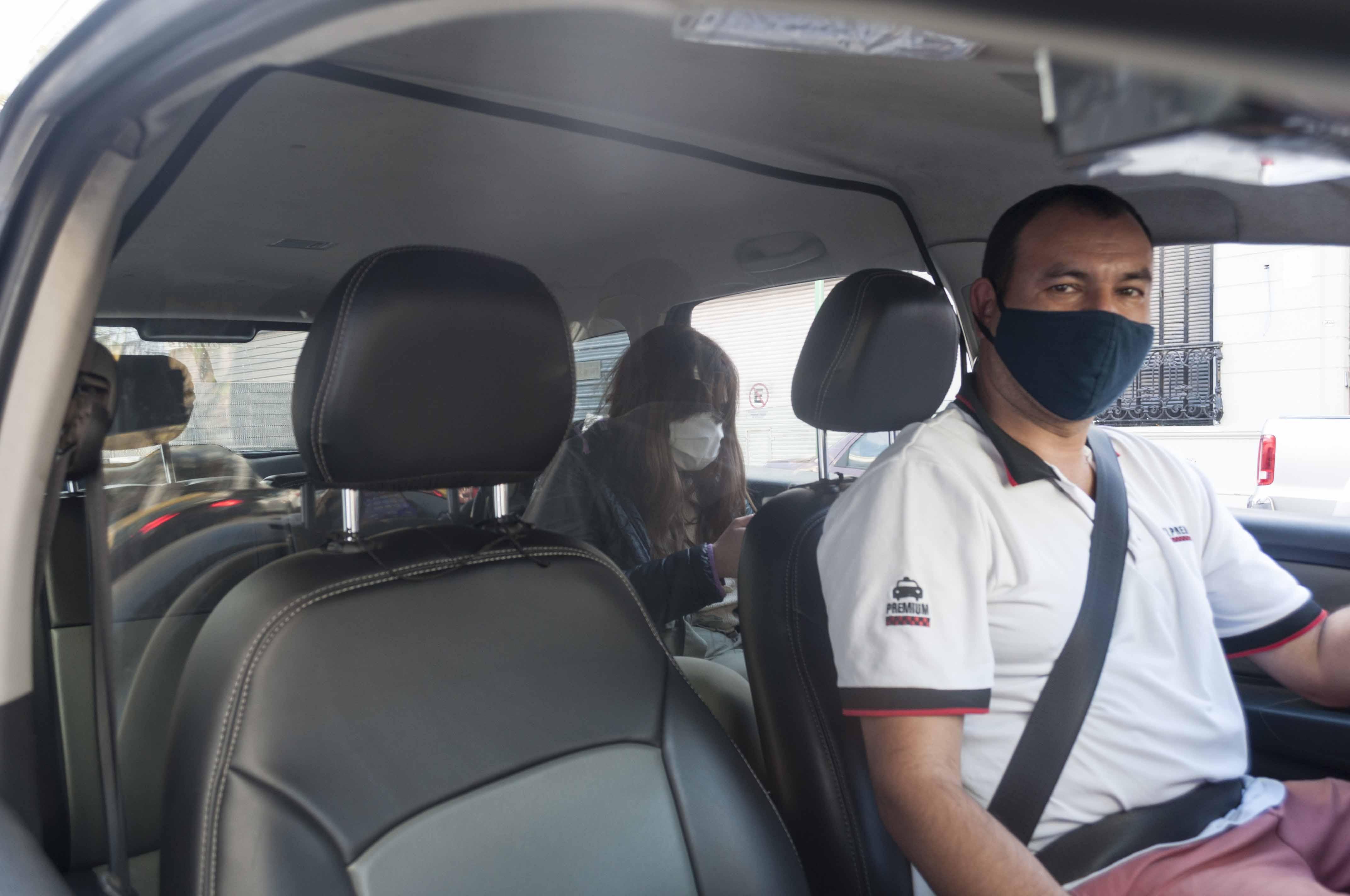 Los taxis implementaron divisores en los vehículos y el uso obligatorio de tapabocas