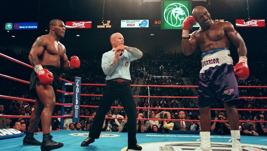 En la segunda pelea, Tyson mordió la oreja de Holyfield y fue descalificado