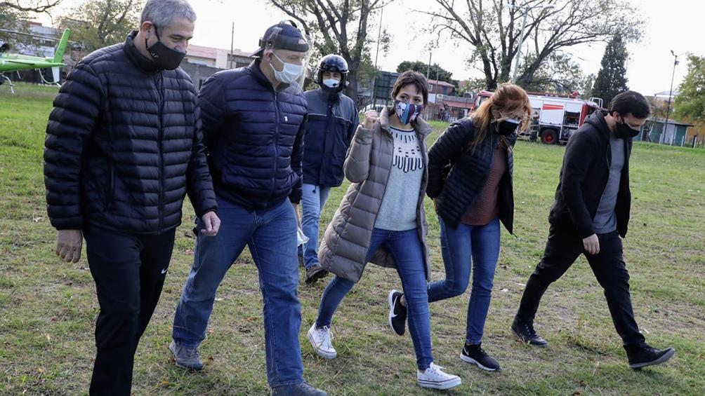 El intendente de Avellaneda, la intendenta de Quilmes y otras autoridades recorriendo el Barrio Azul