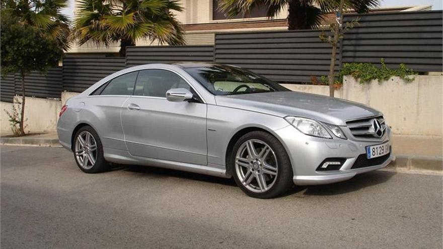 Un auto Mercedes Benz, el centro de la polémica.