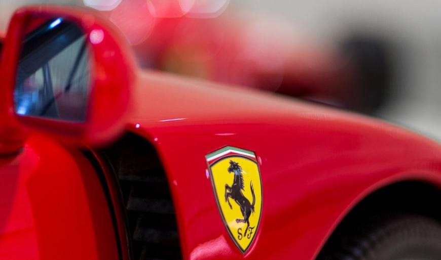 El logo de Ferrari, una de las marcas de autos más reconocidas.