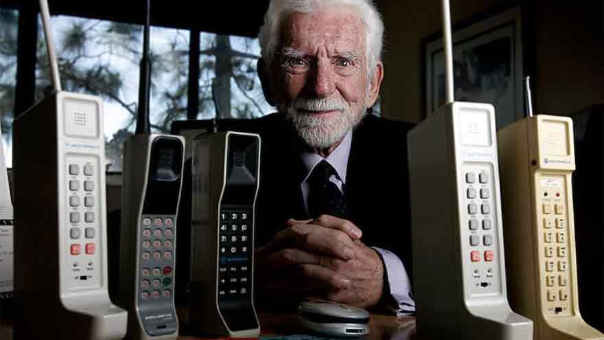 Cooper junto a los primeros celulares.
