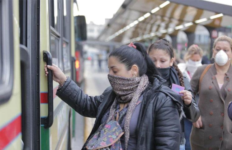 El Gobierno analiza autorizar el viaje de unos 10 pasajeros de pie por unidad.