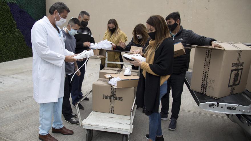 John Foos donó calzado para personal médico de Hospital Materno Argentino de San Isidro