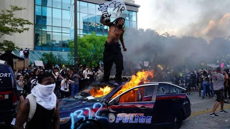 Los vehículos policiales fueron blanco de los manifestantes.