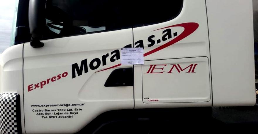 Azul, en la provincia de Buenos Aires, La Rioja, San Juan y San Luis imponen estas fajas en las puertas para que no desciendan los camioneros.
