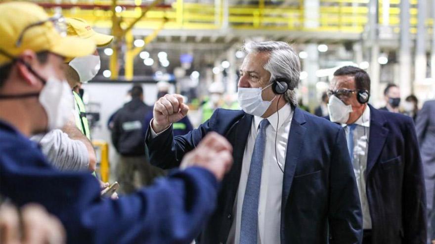 Alberto Fernández intenta reactivar la industria en un marco de tensión con el mayor grupo del país.