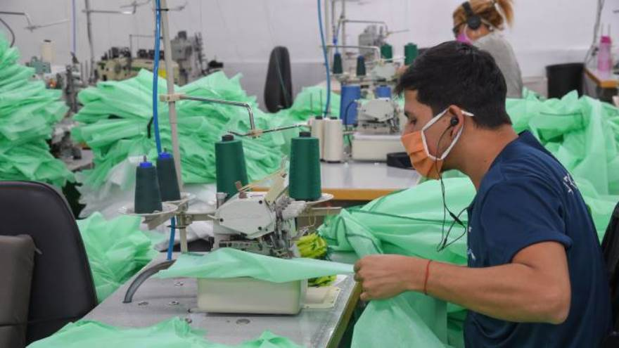 Para atravesar la crisis muchas de las empresas de la industria textil producen barbijos y equipamiento para médicos