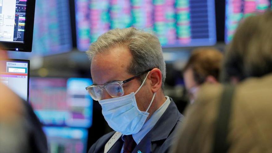 El riesgo país sigue por encima de los 1.300 puntos y los bonos le esquivan a la mejora