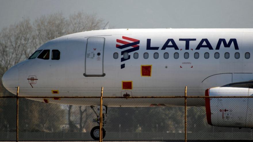 Latam dejó de operar vuelos de cabotaje en la Argentina y fue otra de las partidas resonantes.