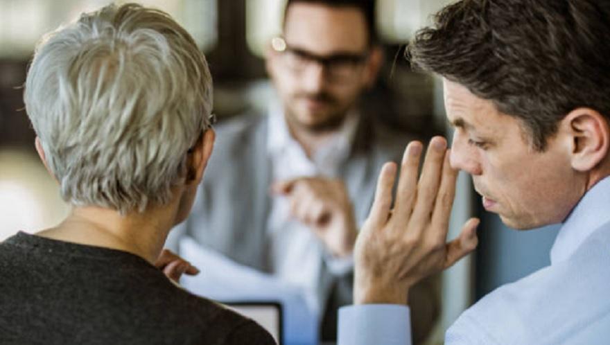Las personas tóxicas suelen ser chismosas y hablar mal de sus compañeros de trabajo