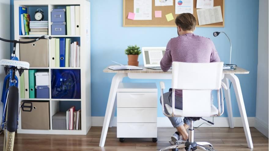 Establecer un espacio específico para estudiar y mantenerlo ordenado es fundamental para tener éxito en las clases virtuales
