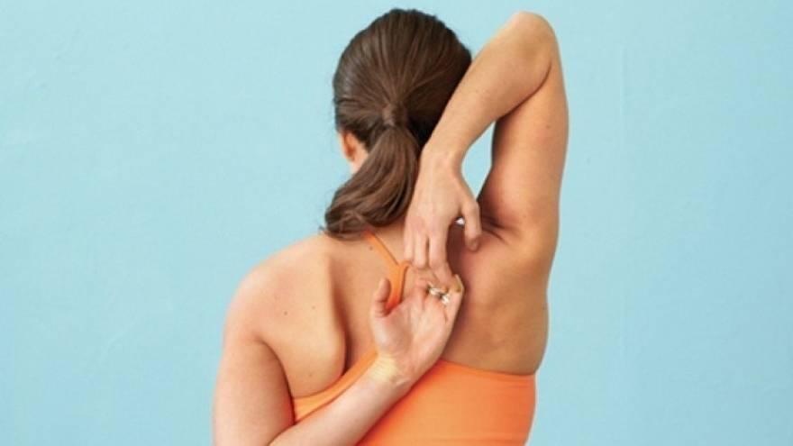 Hay ejercicios de estiramiento que puedes hacer para evitar dolores y lesiones por trabajar desde casa