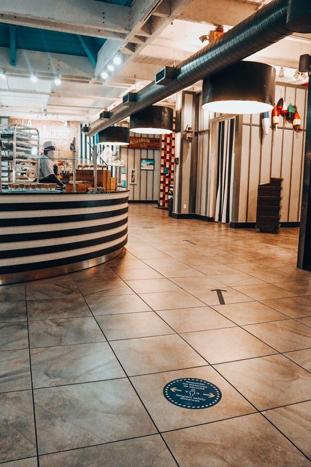 Los resorts poseen marcas en el piso que indican el distanciamiento físico