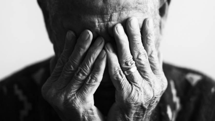El síndrome confusional agudo suele aparecer en adultos mayores