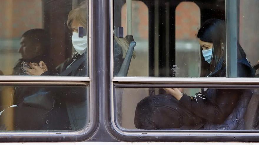 Los trabajadores esenciales son los únicos autorizados a viajar en colectivos, trenes y subtes.