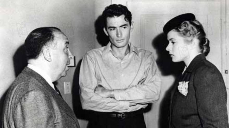 El director de la película, Alfred Hitchcock, junto a Gregory Peck e Ingrid Bergman