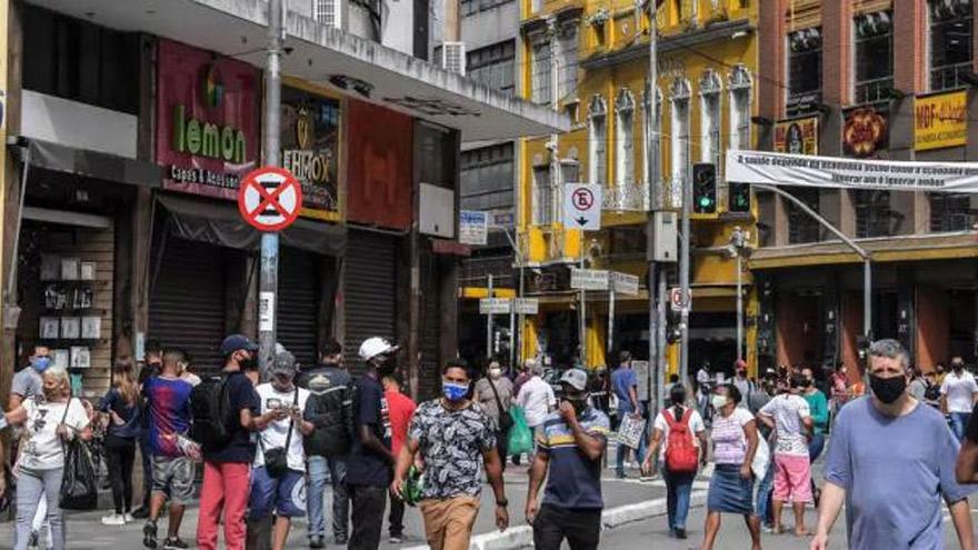 Brasil reabre: intensa actividad en las calles de Sao Paulo.