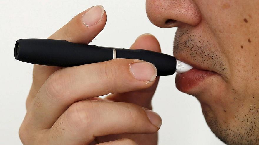 Este producto podría ayudar a los fumadores adultos adictos a dejar de fumar cigarrillos de combustión