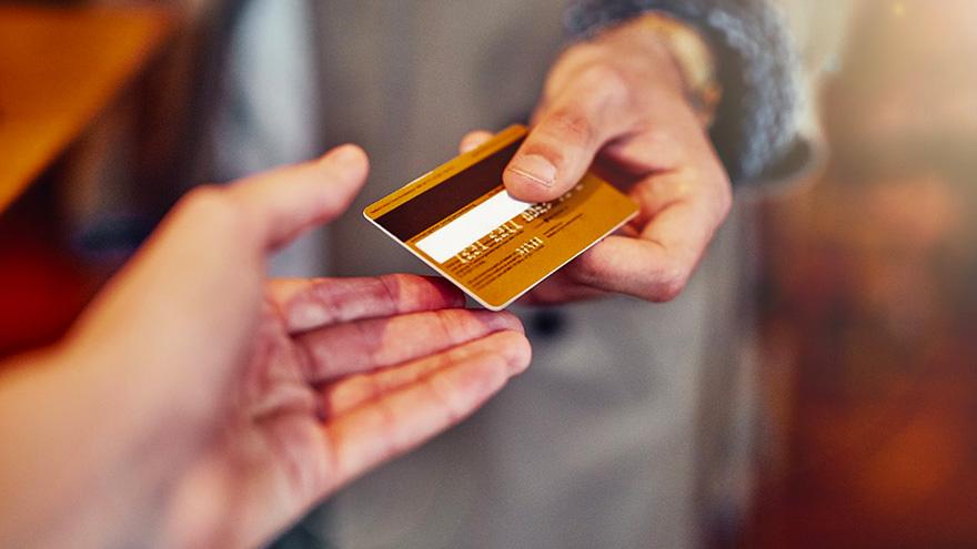 El proyecto dispone la acreditación inmediata en los comercios que permitan pagos con tarjeta de débito