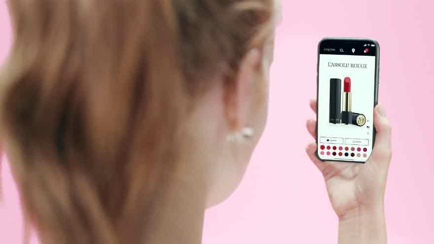 Clienta de Lancome prueba la realidad aumentada en un teléfono móvil.