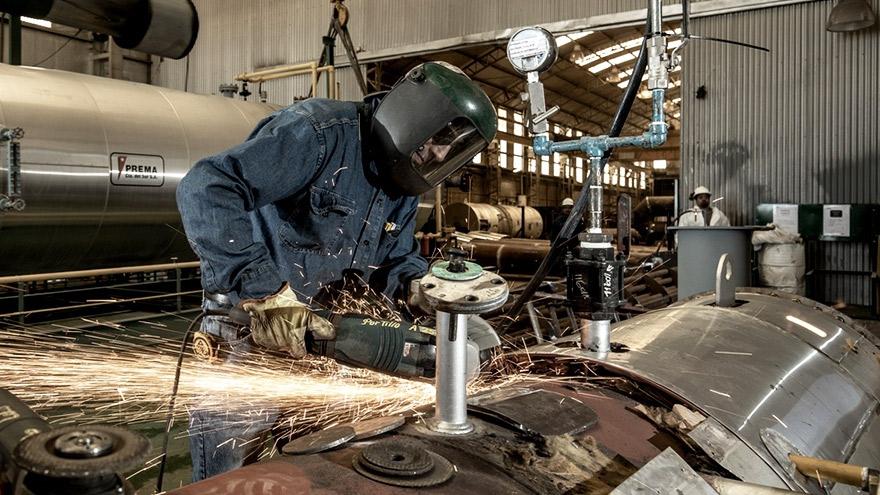 Hubo una leve mejora intermensual en el empleo industrial en julio según la UIA