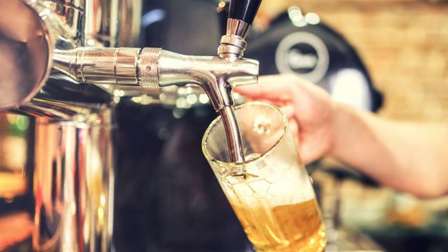 Las personas celíacas deben evitar la cerveza porque contiene gluten