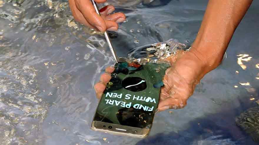 Un hombre prueba bajo el agua el Galaxy Note 7, un híbrido de tableta y teléfono móvil.