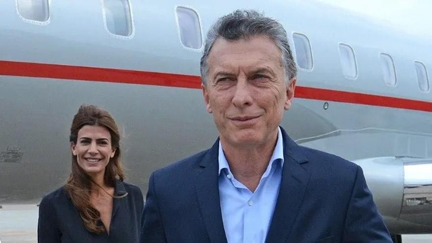 De perfil bajo en la política nacional, vuela alto hacia el exterior. Partió a París junto a Juliana y Antonia.