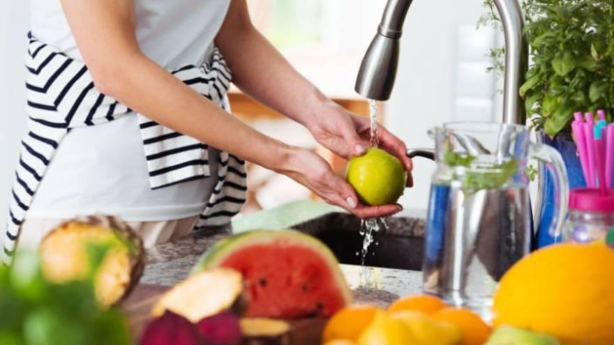 Las frutas y verduras se deben lavar con agua limpia