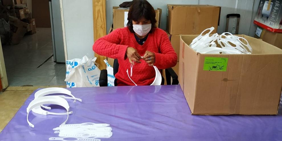 las máscaras faciales de protección se realizan en colaboración con La Usina y su programa