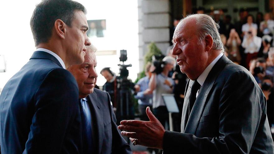 El mandatario español, Pedro Sánchez, en charla con el rey Juan Carlos.