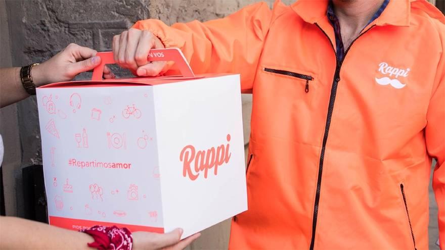 Los repartidores de Rappi, la app de delivery de comida, usan ropa y mochila naranjas