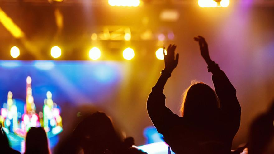 Lejos de volver a la música presencial y multitudinaria los recitas también se suben al auto