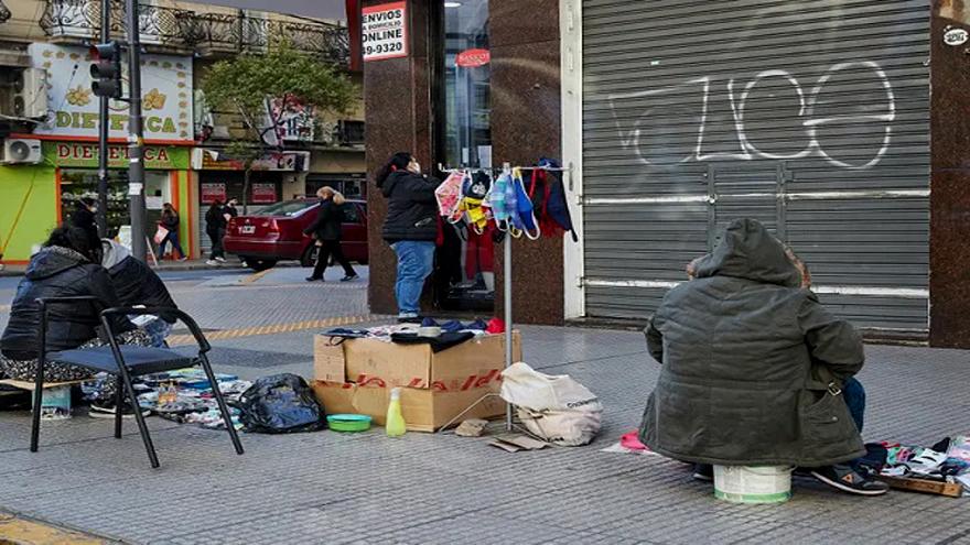 La venta informal sube en las áreas comerciales que siguen sin permiso oficial para reabrir locales.