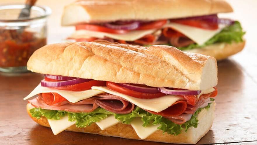 Un sándwich con fiambre o carne, queso y algún adherezo tiene cerca de la mitad del cloruro de sodio que se debe consumir diariamente